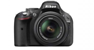 Nikon D5200 équipé d'un objectif Nikkor AF-S 18-55 mm VR