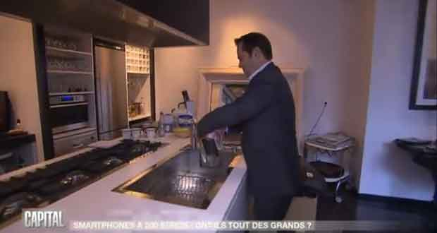 Le directeur d'Archos casse un smartphone censé être étanche