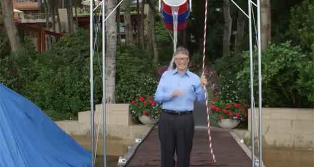 Bill Gates se prend un seau d'eau sur la tête