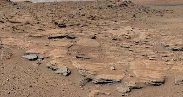 Cratère de Gale pris par le robot américain Curiosity datant du 13 mars 2014